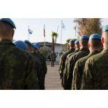 Les éléments finlandais alignés écoutent le discours lors de la cérémonie aux couleurs franco-finlandaise sur la place d'armes du camp 9.1 de Dayr Kifa au Sud-Liban.