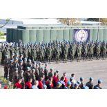 Vue d'ensemble des troupes rassemblées pour la cérémonie aux couleurs franco-finlandaise sur la place d'armes du camp 9.1 de Dayr Kifa au Sud-Liban.