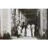 [Une femme et trois hommes, dont l'un est costumé en uniforme napoléonien].