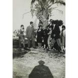 [Photographie de groupe devant un palmier].