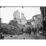 Dans les ruines de Verdun. [légende d'origine]