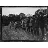 Cachy (Somme). Le général Fayolle (commandant de la VIe armée) passant en revue les aviateurs d'une escadrille. [légende d'origine]