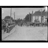 Dans la Somme. Défilé de troupes d'artillerie de tranchée (juin 1916). [légende d'origine]