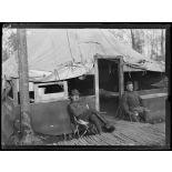 Près de Saint Dizier, Haute Marne. Exploitation forestière américaine. Officiers devant leur tente. [légende d'origine]