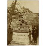 Lions de bronze ornant l'entrée d'une pagode occupée par les troupes italiennes, à proximité du Palais de la Belle Vue du Lac. Sapeur français et marin italien en faction. [légende d'origine]