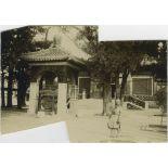 Entrée du Palais de la Rotonde, gong et beau vase à poissons en jade vert datant de l'empereur Kien-Loung. [légende d'origine]