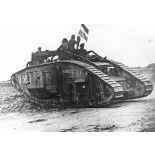 26. [La Motte-en-Santerre, le village le jour de sa reprise par les Australiens. Tank anglais partant à l'attaque.]