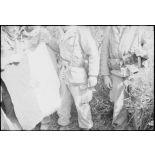 Opération avec le 8e RIM dans le secteur de Wagram. Découverte d'une cache d'armes et de matériels appartenant au FLN/ALN. [légende d'origine]