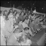 Spectateurs regardant le combat de boxe dans le cadre de la kermesse organisée au profit des oeuvres de l'asile Saint Antoine.