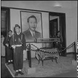 Les insignes impériaux vietnamiens, remis au chef de l'Etat du Vietnam M. Bao Dai par le général de Linarès, sont placés sous haute sécurité.