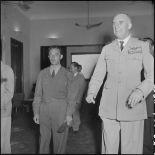 Le général de Linarès et un officier, lors de la réception organisée organisée pour la remise des insignes impériaux vietnamiens au chef de l'Etat du Vietnam M. Bao Dai.