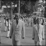 M. Tran Van Huu, président du conseil des ministres de l'Etat du Vietnam, et M. Pham Van Binh, gouverneur du Nord-Vietnam, dans les rues d'Hanoï.