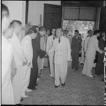 M. Tran Van Huu entre dans un bâtiment.