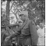 Arrivée du général de Linarès à l'hôpital Lanessan à Hanoï pour une remise de décorations.
