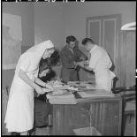 Un soldat en consulation à l'hôpital Lanessan.
