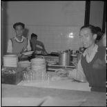 Personnel vietnamien dans les cuisines de l'hôpital militaire Lanessan.