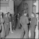 Militaires dans les couloirs de l'hôpital Lanessan.
