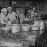 Cuisiniers aux fourneaux à l'hôpital militaire Lanessan.