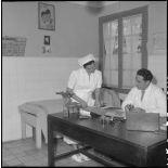 Une infirmière et un médecin dans cabinet médical de l'hôpital militaire Lanessan.