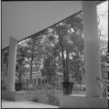 Bâtiment et jardin à l'hôpital militaire Lanessan.
