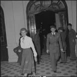 Une femme et un officier supérieur à l'entrée du  théâtre municipal d'Hanoï.