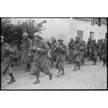A Thulin, entre Mons et Valenciennes, le village vient d'être capturé, des prisonniers français dans la rue Brouta.