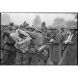 A Thulin, entre Mons et Valenciennes, un groupe de prisonniers français est rassemblé à l'extérieur de la ville, des blessés légers sont soignés.