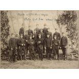 Escadron de Saint-Cyr - 8e peloton - 1re année (1893). D'Aumale, Du Guillier, Cothereau, d'Agrain, Le Porallen, Hérail, Butte, de Warren, [illisible], Rheinart, de Châtellus, de Courcel, Vicq, lieutenant Mesple, maréchal des logis de Thoury, d'Heursel, de Précourt. Photographe : Pierre Petit, 29 & 31, place Cadet, Paris. [légende d'origine]