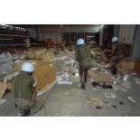 Des marsouins du 2e RIMa pénètrent dans un hangar dévasté de l'aéroport de Sarajevo.