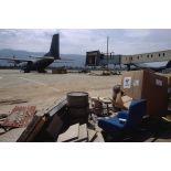Des débris de toutes sortes jonchent le taxi-way de l'aéroport de Sarajevo (Transall C-160 en fond).