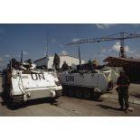 Militaires canadiens autour de deux blindés chenillés M-113 assurant la protection de l'aéroport de Sarajevo.