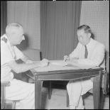 Le général de Linarès et M. Nguyen Dê signent les accords de passation de pouvoirs rattachant le pays Thaï à la Couronne.