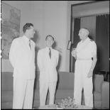 Le général de Linarès, M. Nguyen Dê et M. Janot lors de la signature des accords de passation de pouvoirs rattachant le pays Thaï à la Couronne.