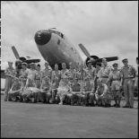L'équipe militaire française de football pose sur l'aérodrome de Gia Lam.