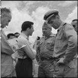 Dès leur arrivée à l'aéroport de Gia Lam, les dirigeants de l'équipe militaire de footbal de France sont interviewés par un reporter radio.