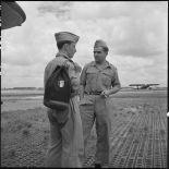 Deux hommes du rang de l'armée de l'Air à l'aéroport de Gia Lam à l'arrivée de l'équipe militaire française de football.
