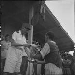 Le général de Linarès remet une coupe à un joueur de la  sélection vietnamienne d'Hanoï.