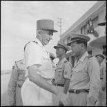 Le général de Linarès et des officiers supérieurs à l'Ecole des officiers supérieurs vietnamiens.