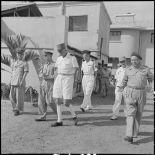 Le général de Linarès et le colonel Vanuxen en compagnie d'un groupe d'officiers à l'Ecole des officiers supérieurs vietnamiens.