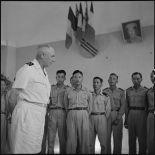 Le général de Linarès et des élèves officiers de l'Ecole des officiers supérieurs vietnamiens.