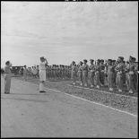 Le général de Linarès passe en revue les troupes vietnamiennes de l'Ecole des officiers supérieurs vietnamiens.