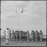 Le général de Linarès salue les troupes vietnamiennes de l'Ecole des officiers supérieurs vietnamiens.