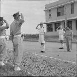 Le général de Linarès passe en revue et salue les troupes vietnamiennes de l'Ecole des officiers supérieurs vietnamiens.
