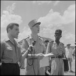 M. Aby Rapaport interviewe un lieutenant avant l'embarquement pour le pèlerinage à la  Mecque.