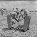 Des soldats des troupes coloniales se lavent les mains pour effectuer leurs prières avant l'embarquement pour le pèlerinage à la  Mecque.