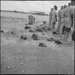 Des soldats musulmans des troupes coloniales récitent leurs prières avant l'embarquement pour le pèlerinage à la  Mecque.