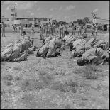 Avant l'embarquement pour le pèlerinage à la  Mecque, les soldats des troupes coloniales effectuent leurs prières.