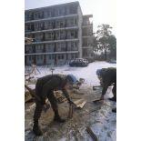 Les casques bleus du BAT INF 2 (RICM) viennent en aide aux personnels de l'hospice civil de Nedzarici.