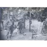 Plateau de Malzeville. Pendant mon service j'allais souvent voir le Père Saintot habitant 1 bois proche - à droite son château - à côté de lui son chien - il s'occupait du jardin militaire et par contre était nourri avec les soldats. 1914. [légende d'origine]