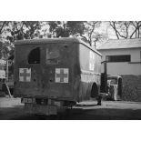 Une ambulance de la Croix-Rouge détruite par des membres du Viêt-minh.